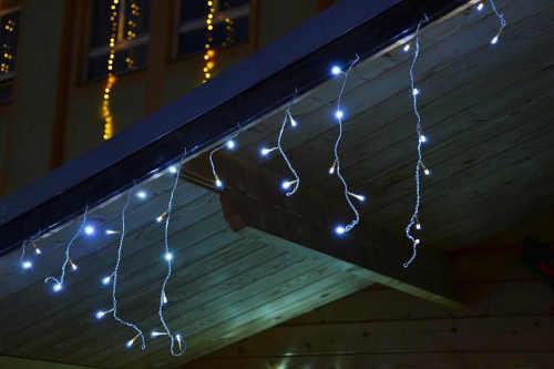 Vianočná svetelná reťaz na streche domu
