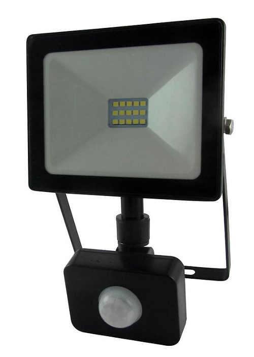 Výkonný LED reflektor so senzorom pohybu na fasáde domu